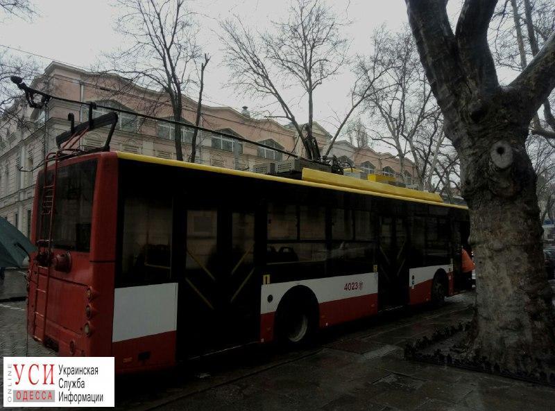 На Пушкинской у троллейбуса порвался контактный провод: движение электротранспорта временно остановлено (фото) «фото»