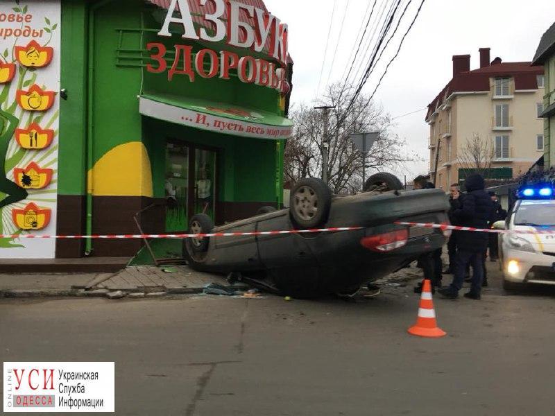 На Фонтане автомобиль перевернулся и врезался в магазин «фото»