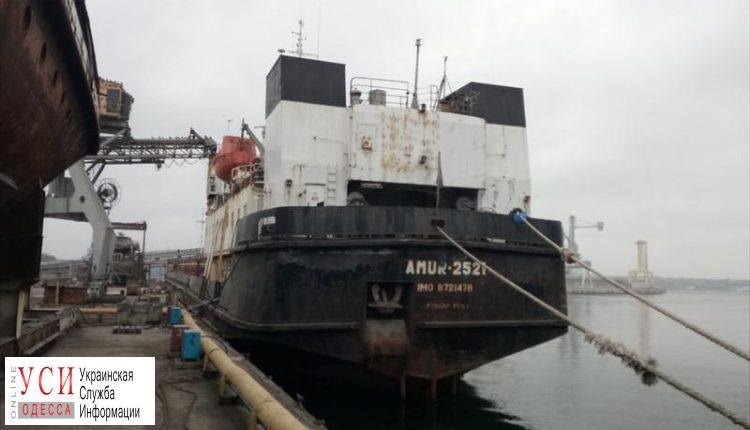 Требующий зарплаты моряк уже полтора месяца живет на судне в Черноморске: ему привезли продукты «фото»