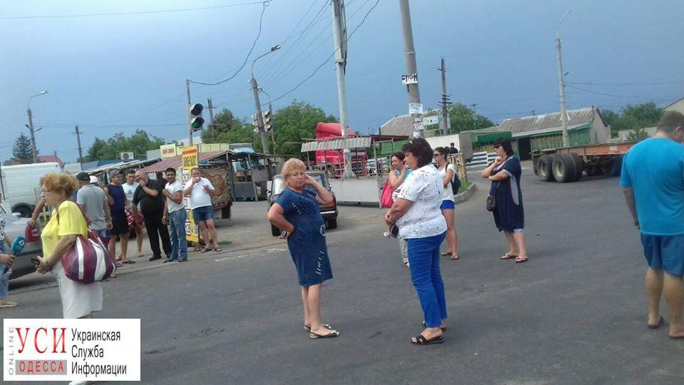 Жители Усатово перекрыли объездную дорогу из-за фур (фото, документ) «фото»
