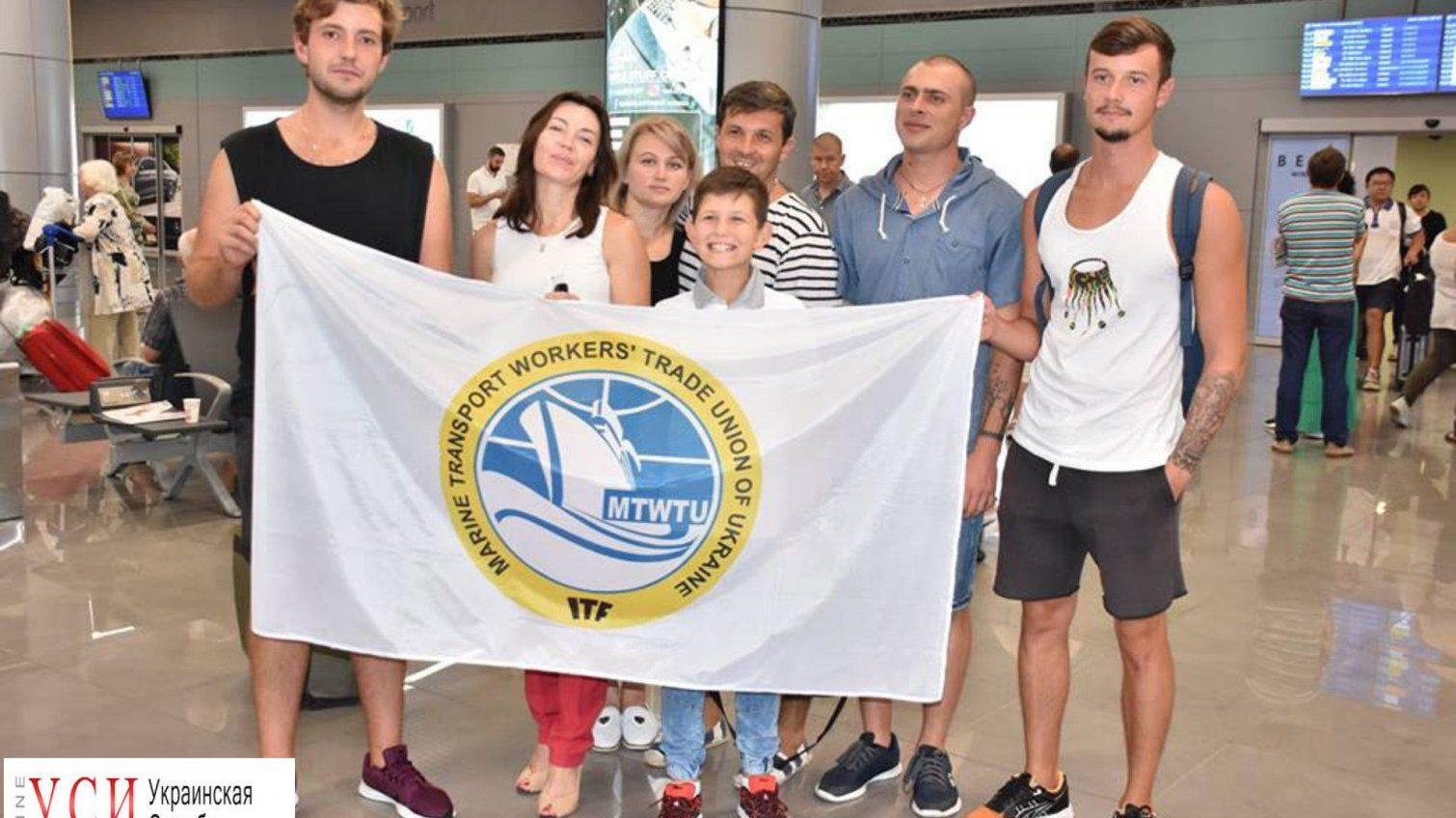 После полутора лет заключения украинские моряки вернулись из Греции в Одессу (фото) «фото»