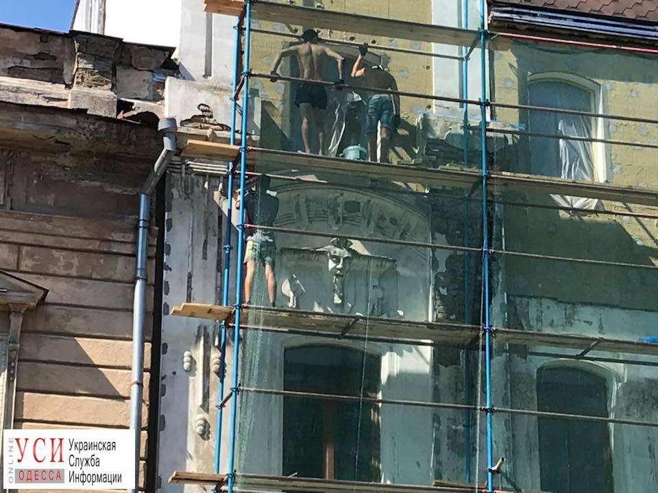 В центре Одессы сбили лепнину с дома-памятника архитектуры: законность работ проверяют (видео) «фото»