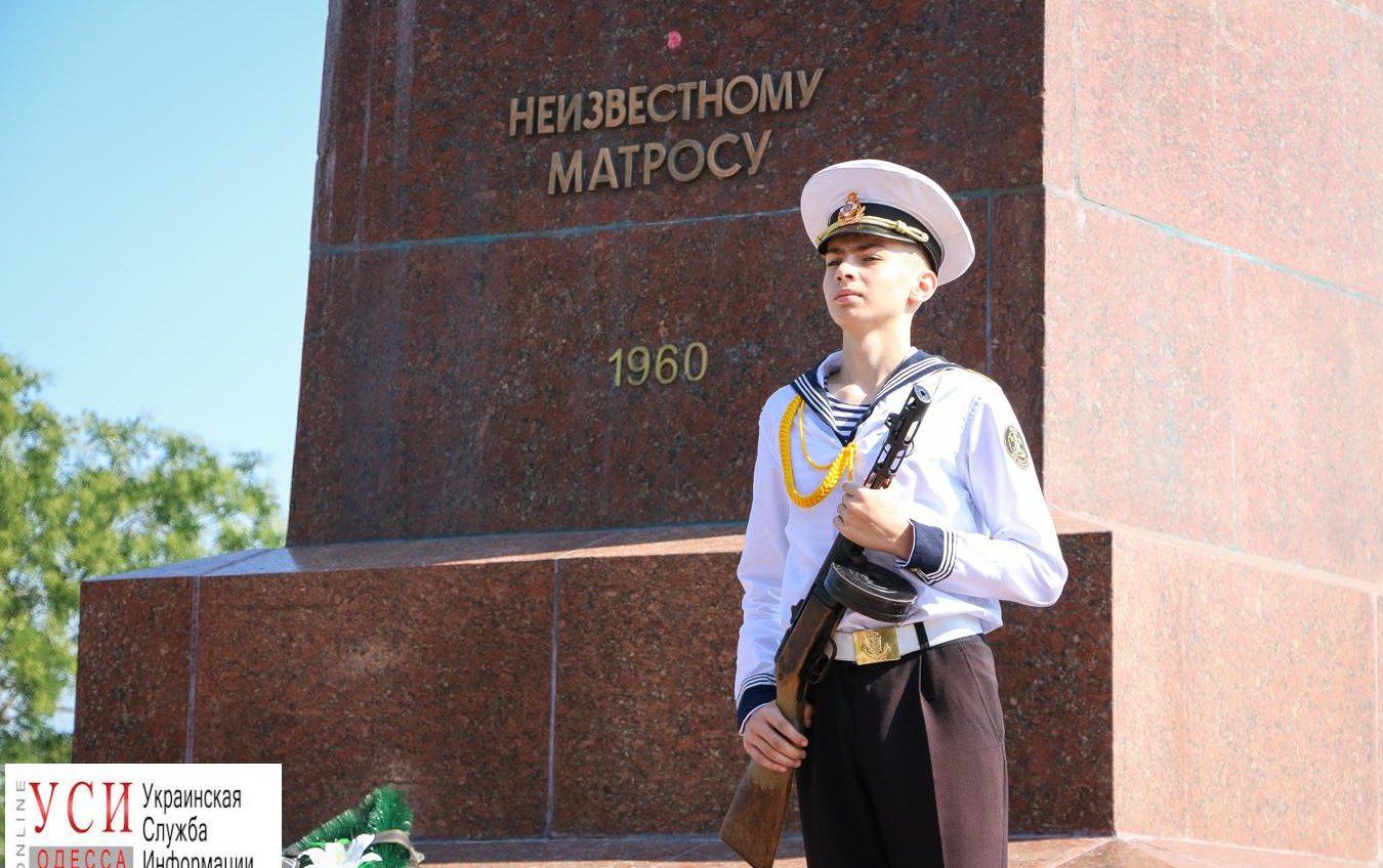 Одесситы возложили цветы в память о начале героической обороны города (фото) «фото»