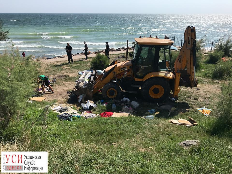 Кучи мусора, спиртное и наркотики: на городском пляже в Черноморске снесли палаточный городок (фото) «фото»