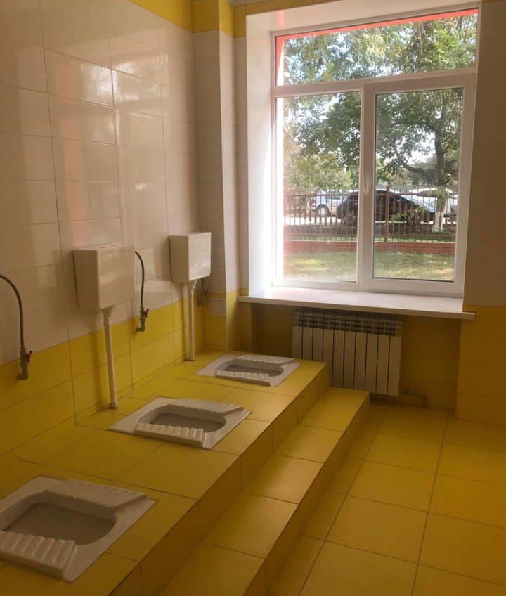 В новой школе в Маяках сделали туалеты с панорамными окнами (фото) «фото»