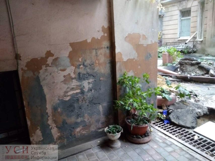В центре Одессы во дворе памятника архитектуры уже 3 месяца течет канализация (фото) «фото»