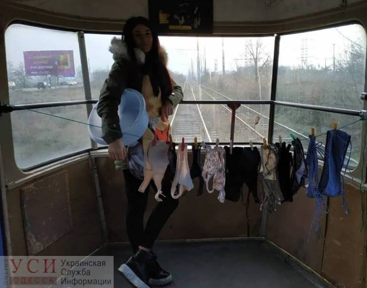 Одесситка решила посушить нижнее белье в трамвае (фото) «фото»
