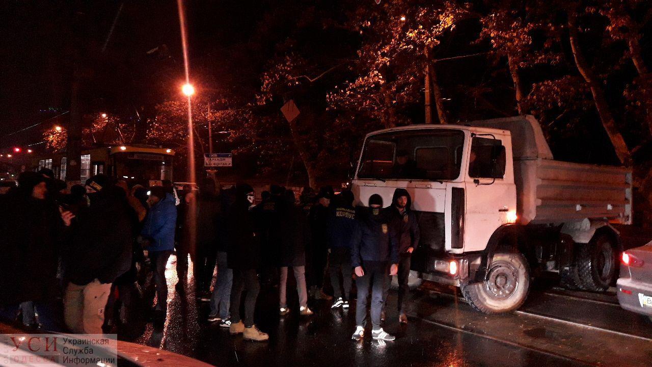 В Одессе заблокировали движение на Гагаринском плато, а на одного из протестующих наехал грузовик (фото, видео) ОБНОВЛЕНО «фото»