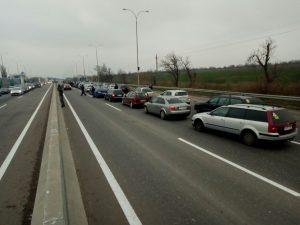 Активисты Авто Евро Силы и граждане протестующие против новых правил растаможки автомобилей из Европы перекрыли Киевскую трассу
