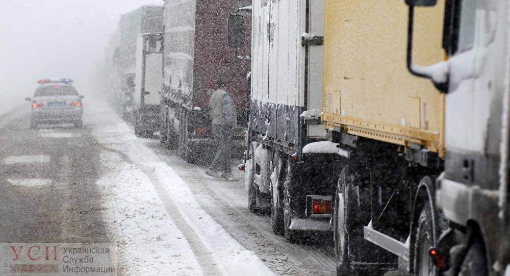 Трассу Одесса-Киев вновь закрыли для грузовиков из-за снегопада «фото»