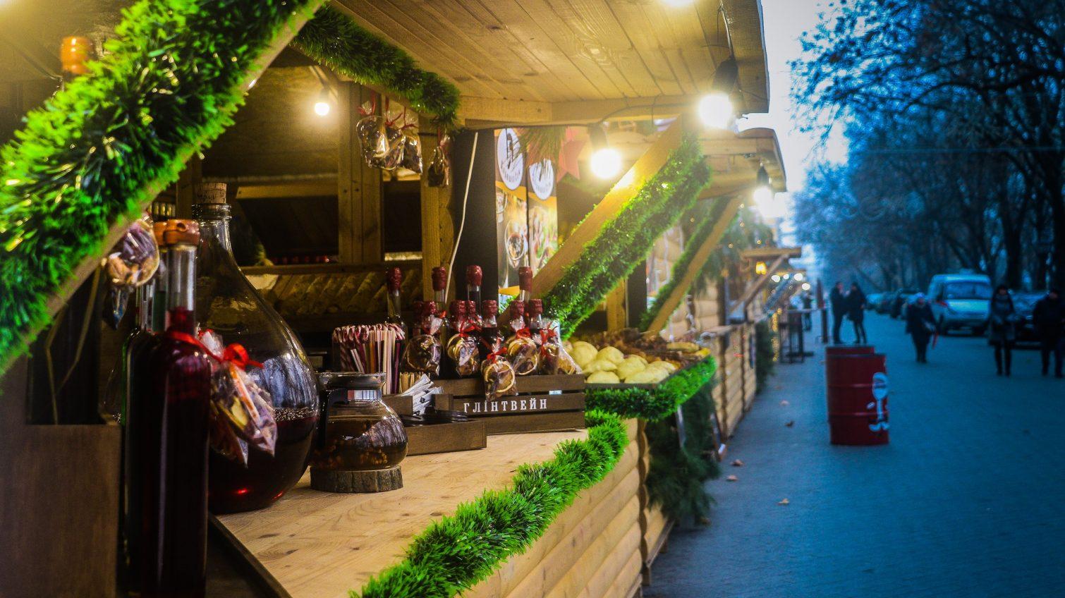 Горячий глинтвейн, ароматная наливка и аппетитные угощения: в Одессе проходят новогодние ярмарки (фоторепортаж) «фото»