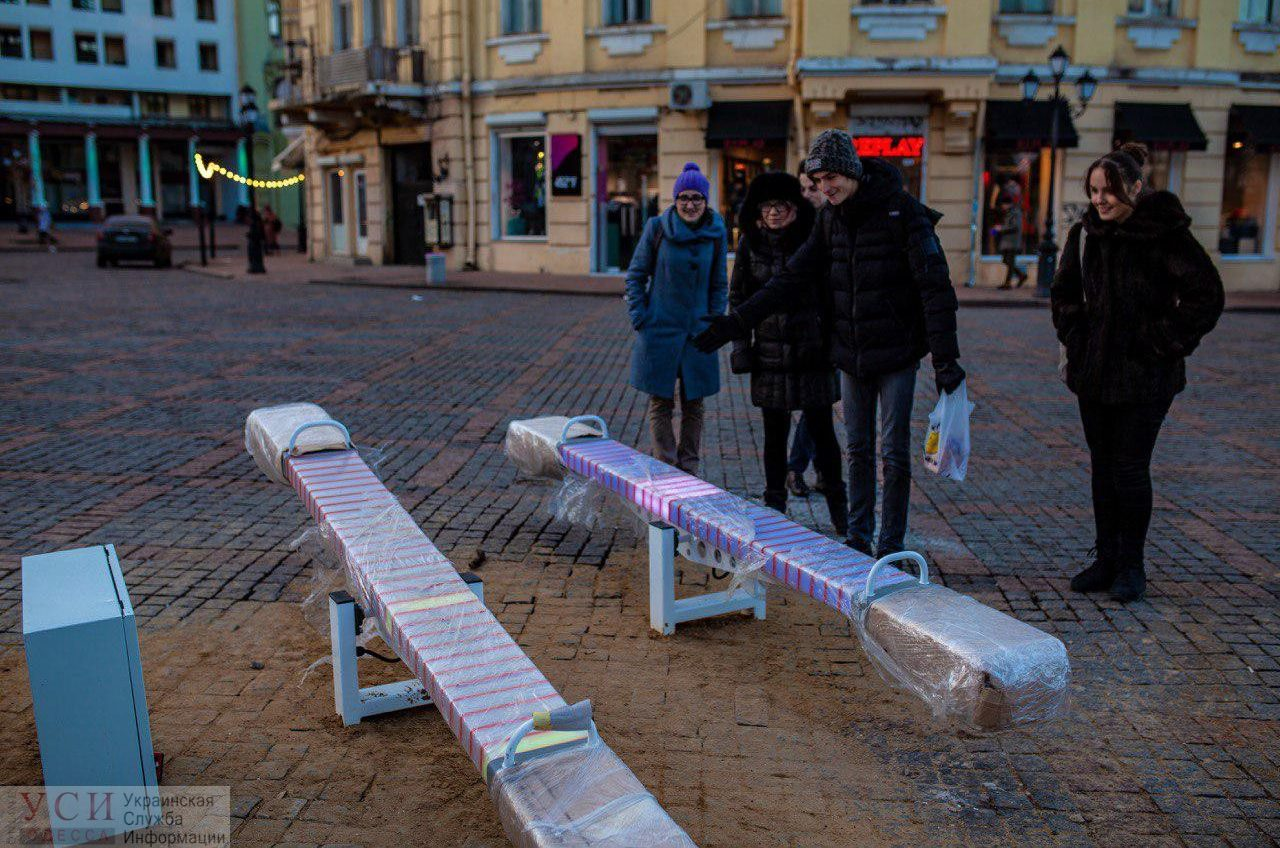 «Бриллиантовые качели»: на установленных светодиодных качелях обнаружились маркировки российской фирмы (фото) «фото»