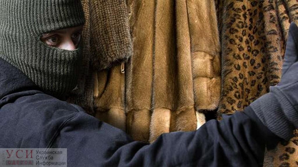 В Одессе задержали пару воров, которые похитили шубы из гардероба ночного клуба «фото»