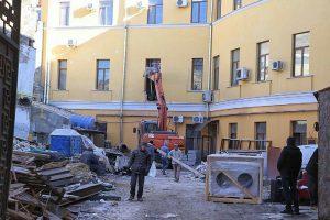 В Воронцовском переулке во дворе полуциркульного дома началась стройка