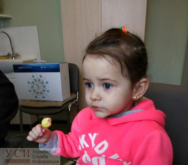 «Первая реакция в глазах – испугалась»: двухлетняя Эля начала слышать после операции «фото»