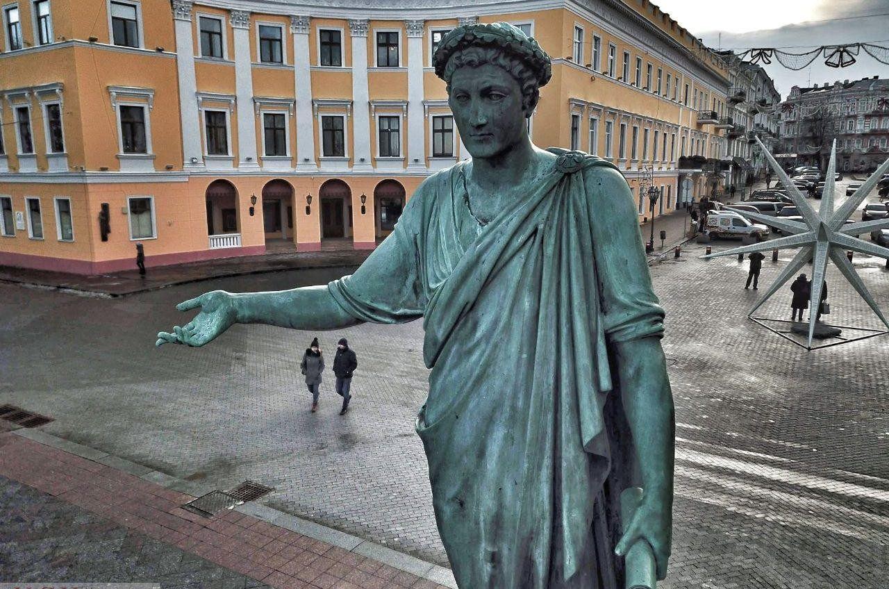 Лицом к лицу: известные одесские памятники с необычного ракурса (фоторепортаж) «фото»