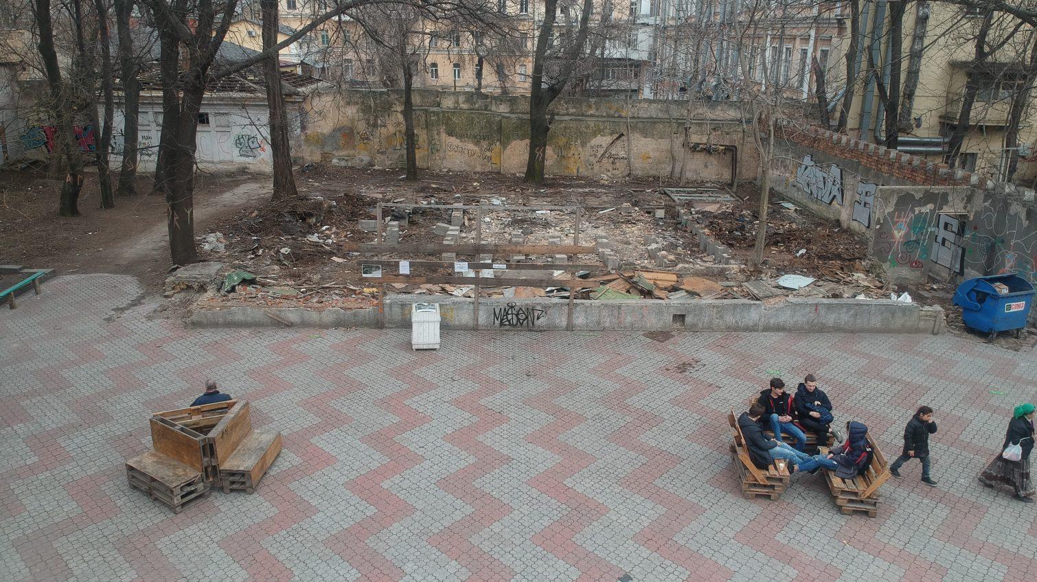 Одесским активистам вручили повестки на допрос в полицию за субботник в Летнем театре (видео) «фото»