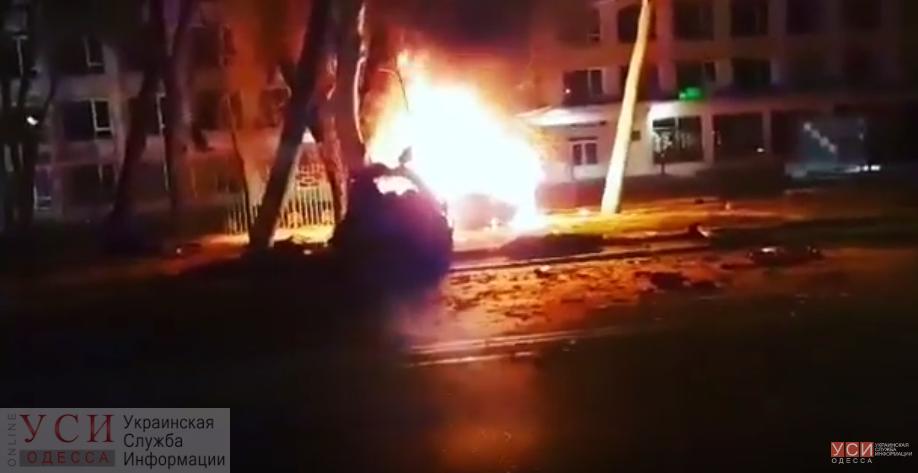 Ночное ДТП на проспекте Шевченко: автомобиль разорвало на части, после чего он начал гореть (видео) «фото»