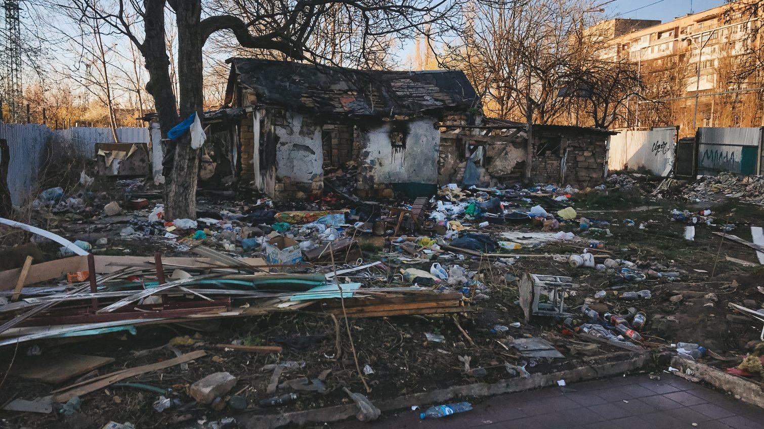 «Жизнь на Манхэттене»: на площади Толбухина горы мусора из-за стройки (фоторепортаж) «фото»
