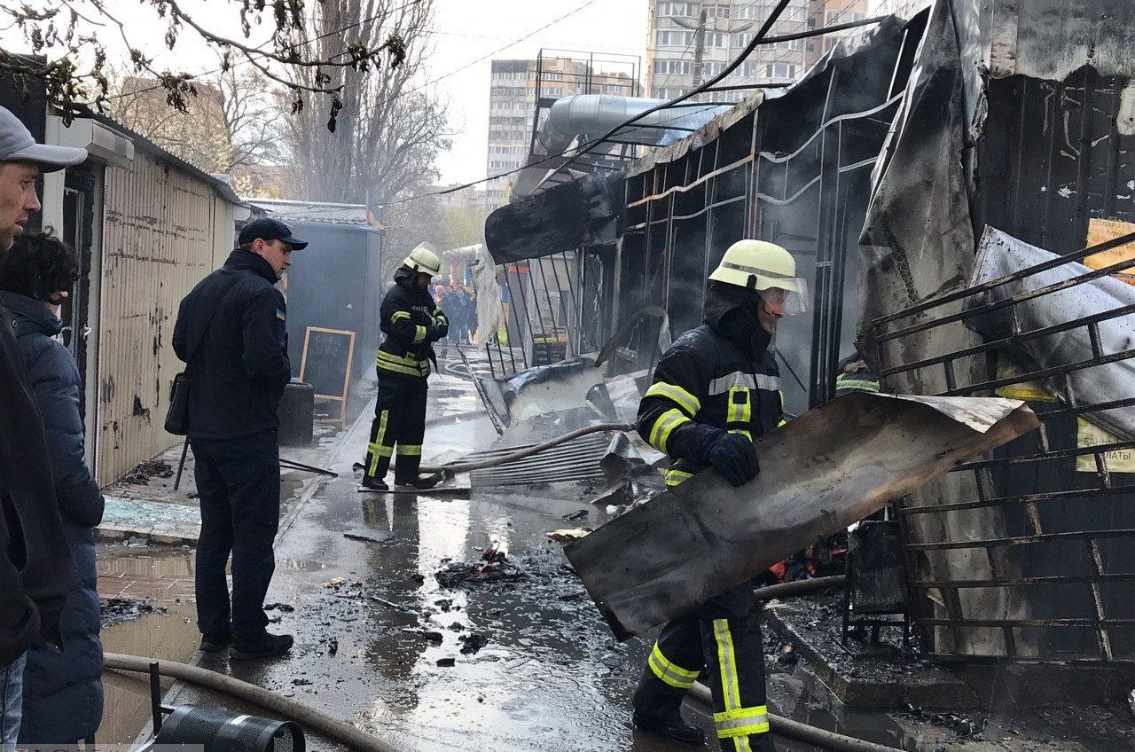 Возле Южного рынка сгорел дотла МАФ с одеялами и подушками: в районе заблокировано движение (фото, видео) «фото»