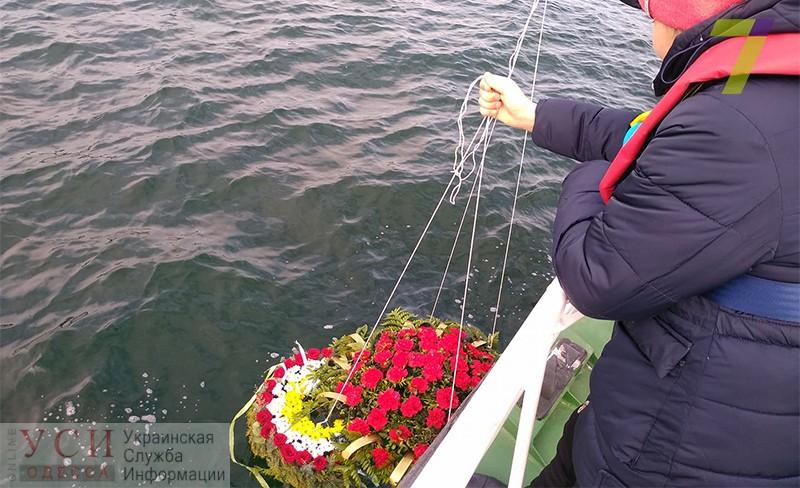 Одесские школьники спустили на воду цветы в память о погибших моряках (фото) «фото»