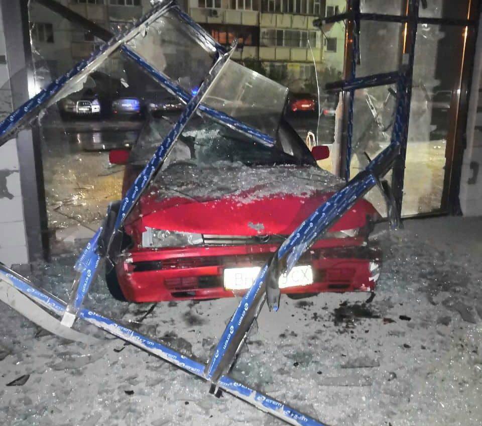 Водитель иномарки проломил витрину здания в районе Фонтана и сбежал с места ДТП (фото) «фото»