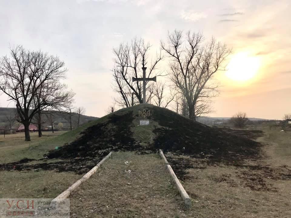 Пожар вокруг памятника жертвам Голодомора и репрессий в Ананьеве: местные подозревают вандалов (фото) «фото»