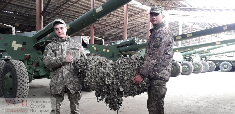 Девушки-волонтеры сплели маскировочные сети для одесских бойцов береговой артиллерии «фото»
