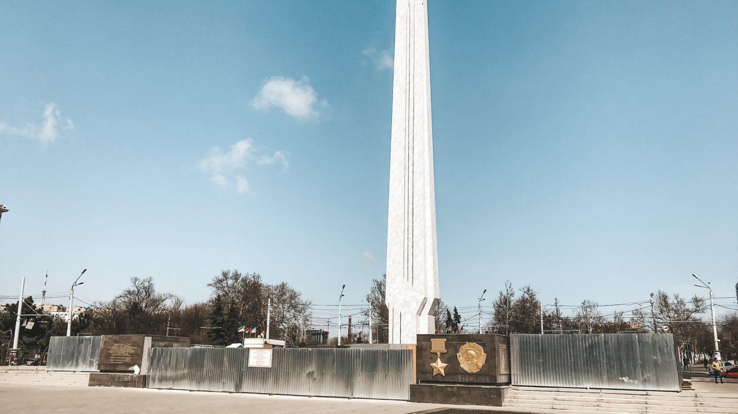 Реконструкция «Крыльев победы» на площади 10 апреля завершена: стелла пока за забором, а коммунальщики облагораживают клумбы (фото) «фото»