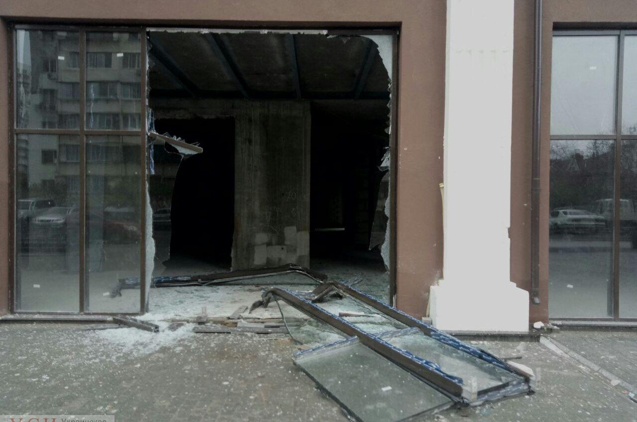 В Одессе полиция нашла водителя авто, который врезался в витрину и сбежал: ему грозит штраф (фото) «фото»