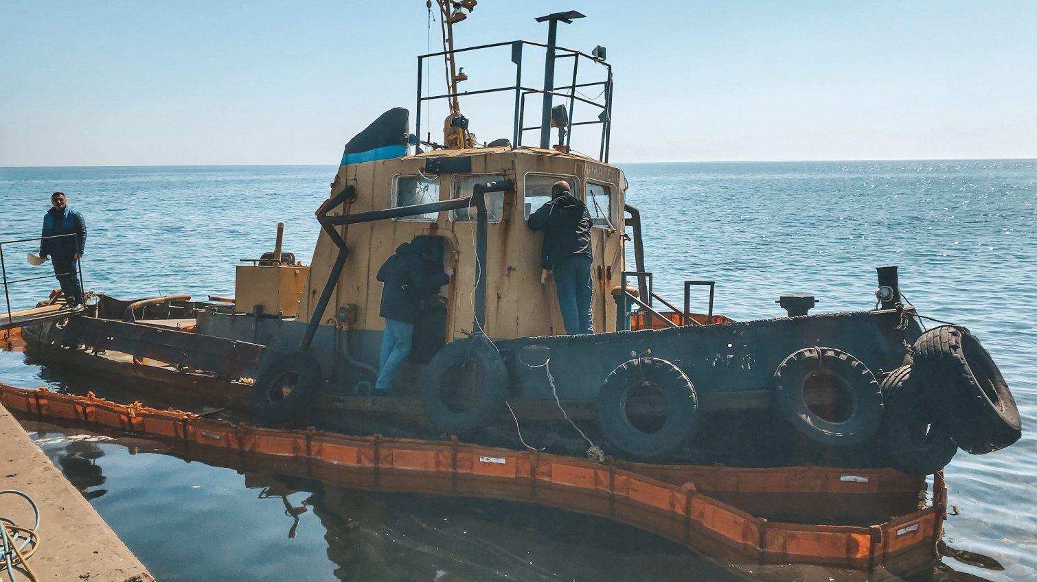 Баржу контрабандистов на пляже «Дельфин» готовят к буксировке (фото, видео) «фото»