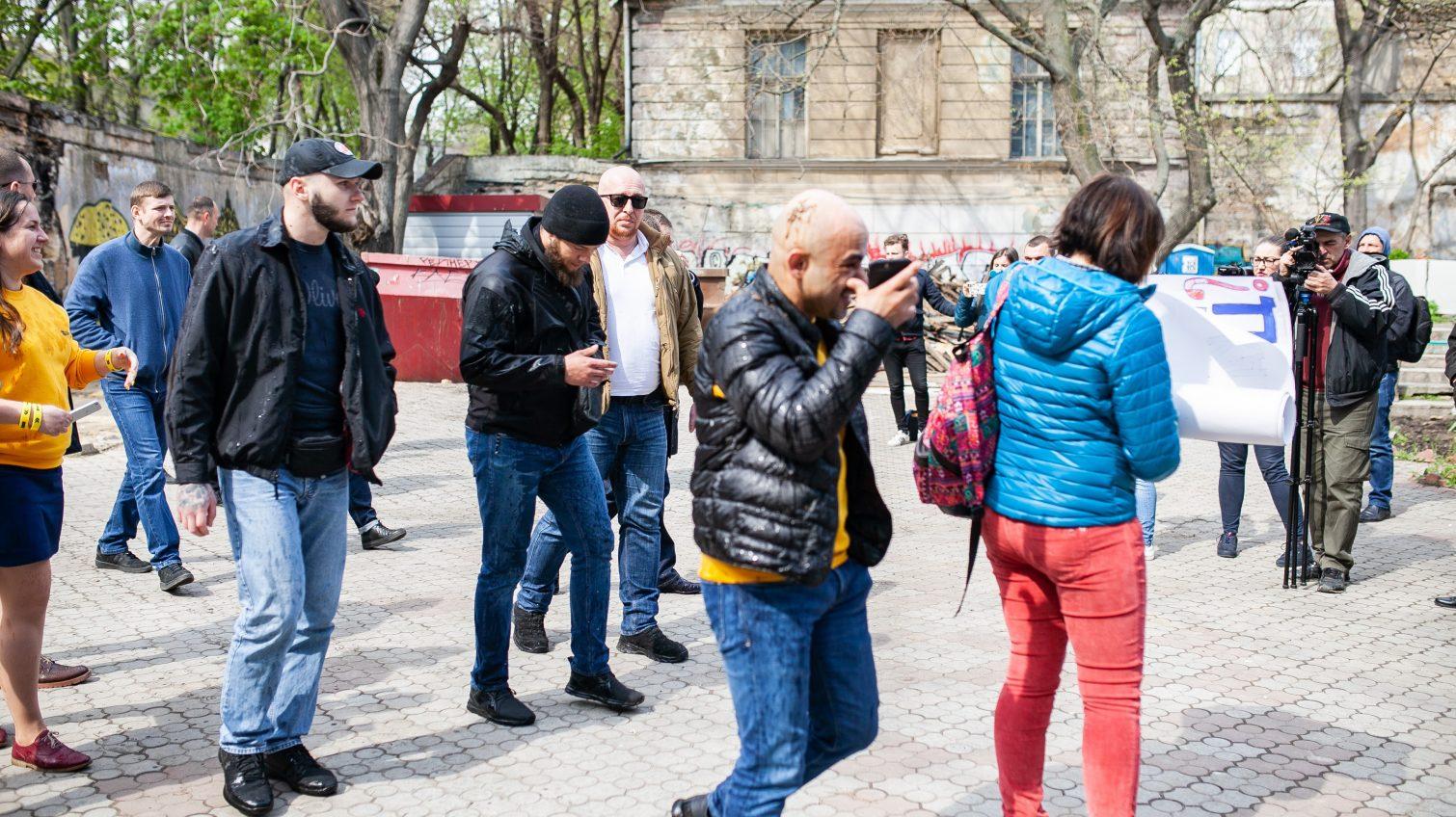 Мустафу Найема облили нечистотами в Летнем театре (фото, трансляция) «фото»