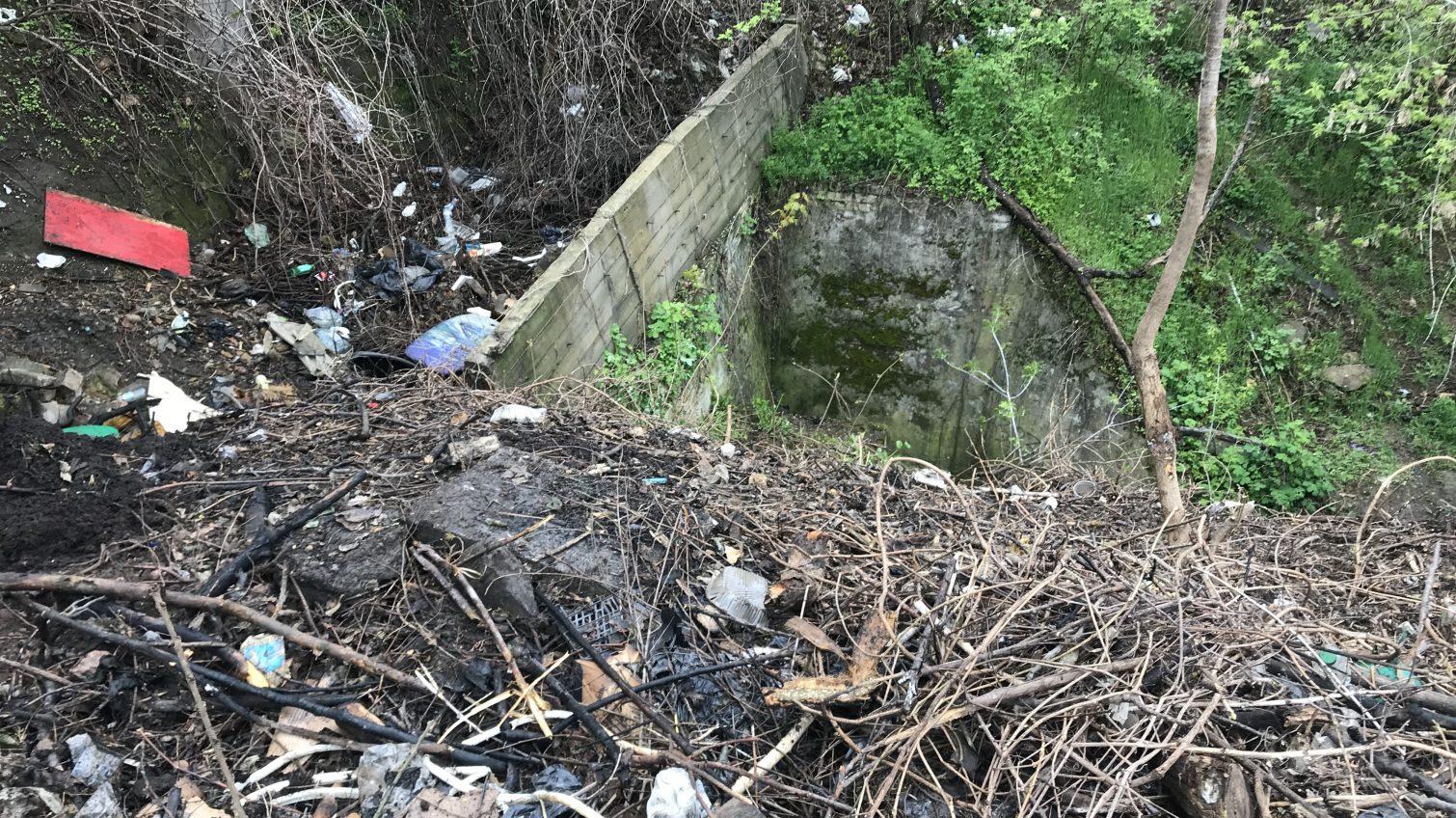 Зловонный запах и тонна мусора: на склонах возле дельфинария «Немо» продолжает существовать стихийная свалка (фото, видео) «фото»