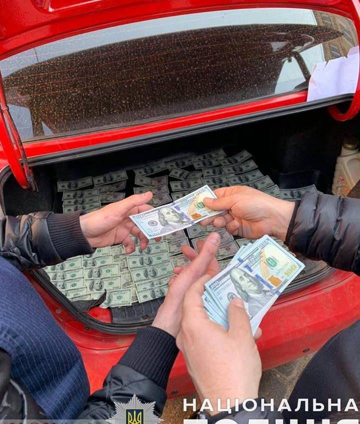 Чиновник Одесской таможни погорел на взятке в 300 долларов (фото) «фото»