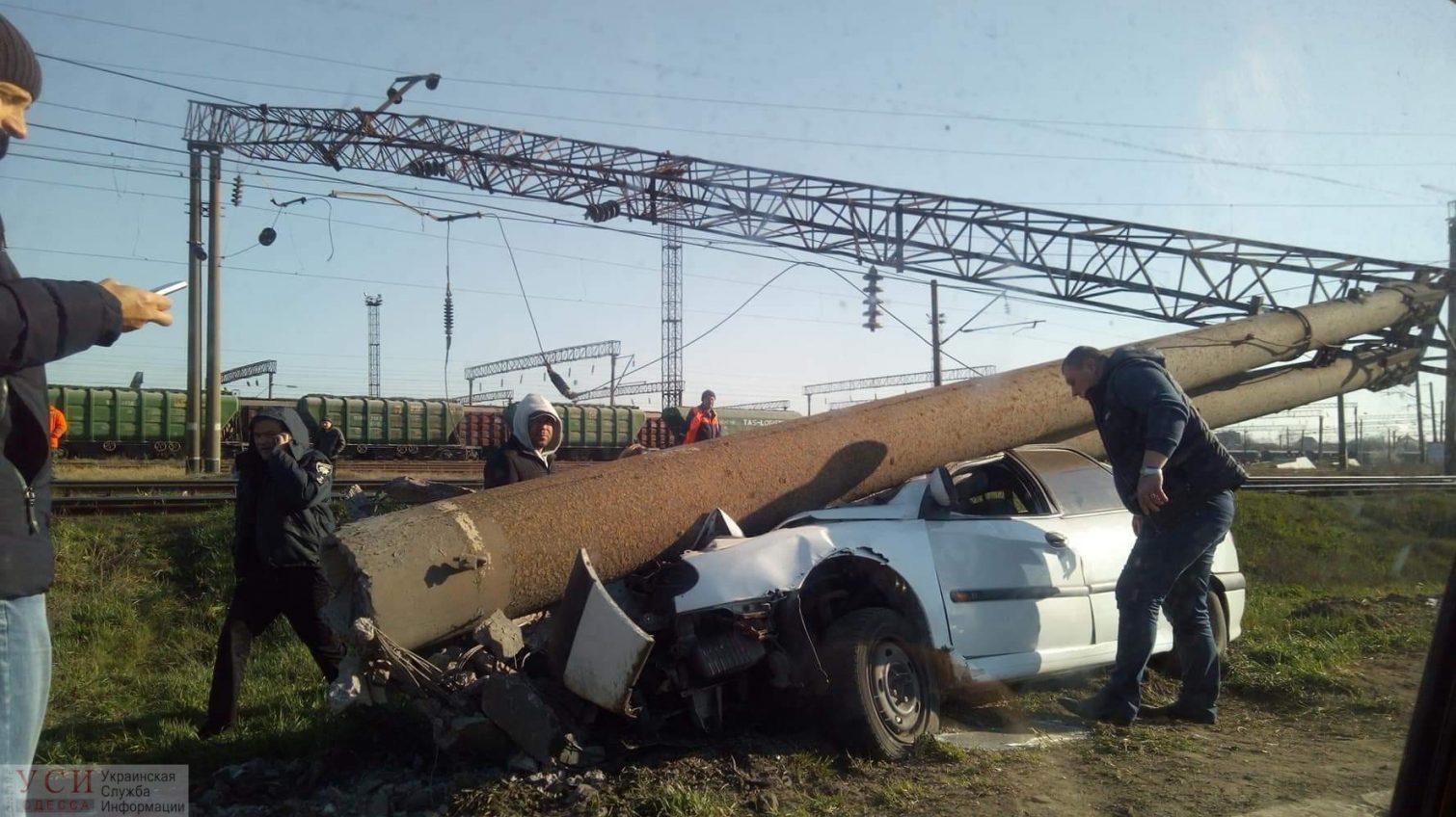 В Черноморске водитель влетел в опору: спасать его пришлось сотрудникам ГСЧС (фото) «фото»