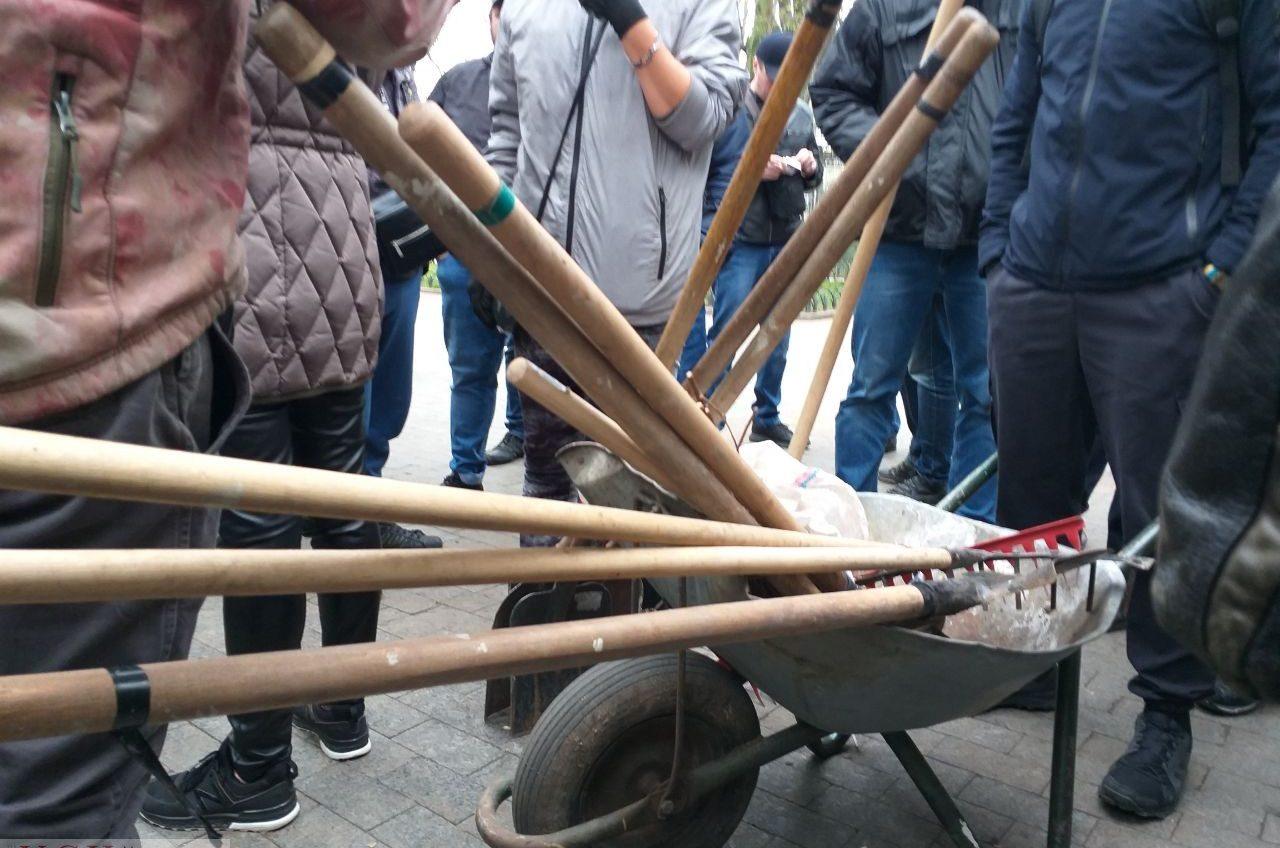 «Титушки» заблокировали вход в Летний театр перед субботником (фото, видео) «фото»