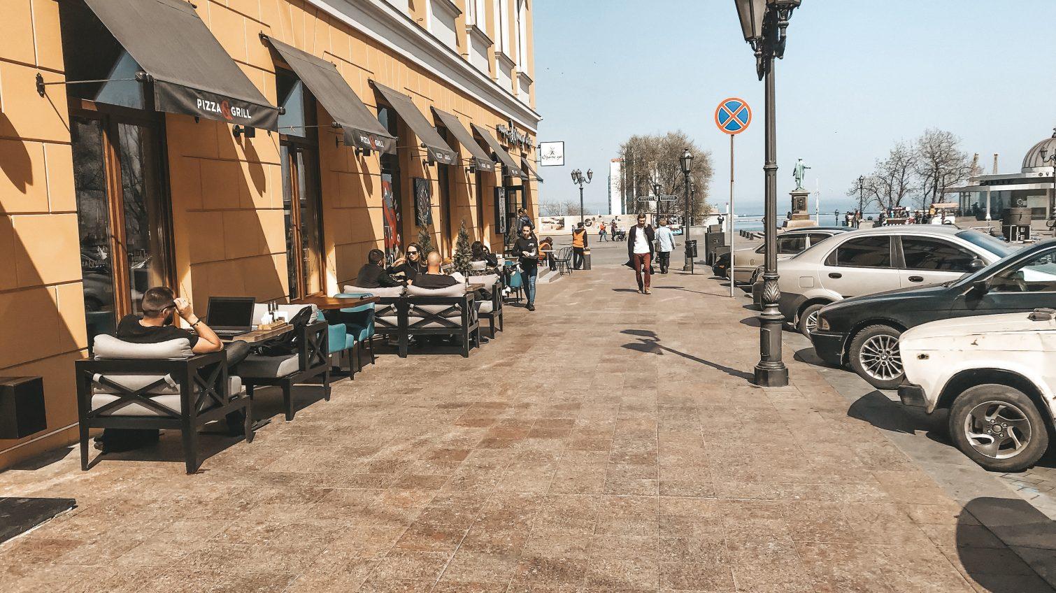 Начало сезона: одесские кафе устанавливают летние площадки (фоторепортаж) «фото»
