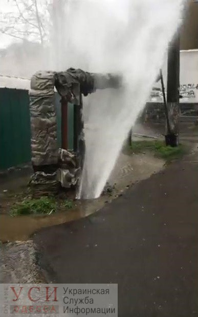 Из под земли на Черемушках начал бить мощный фонтан воды (видео) ОБНОВЛЕНО «фото»