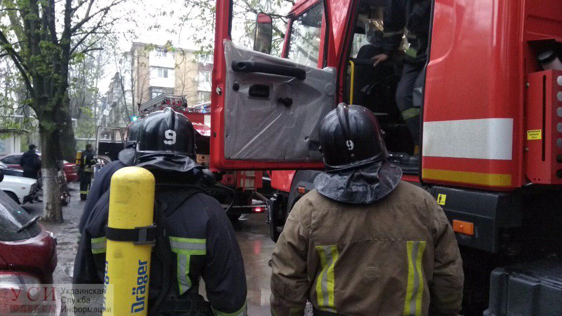 На Таирова горит жилой дом: тушат три пожарных наряда (фото, видео) ОБНОВЛЕНО «фото»