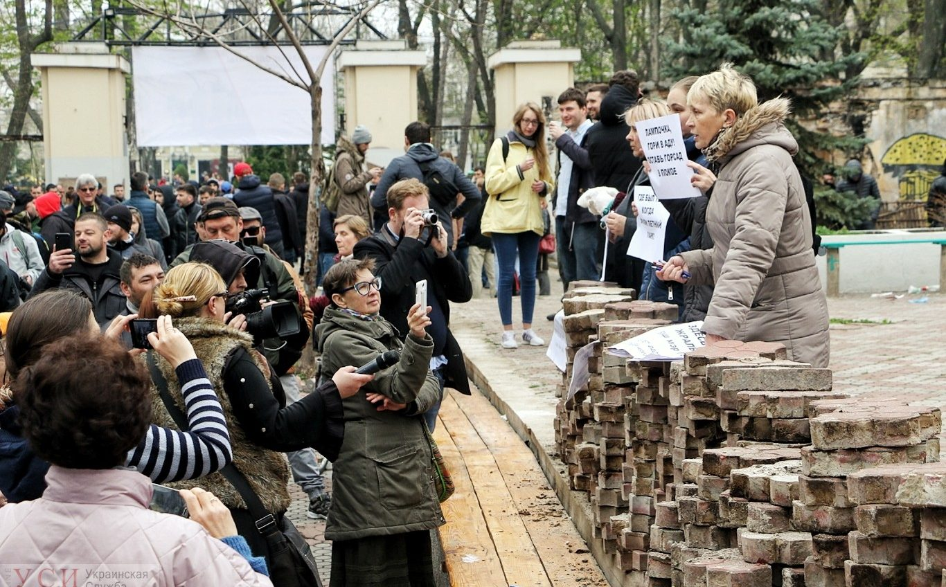 В Летнем театре прошла акция протеста: стычки, угрозы и попытки подкупа (фото, трансляция) ОБНОВЛЕНО «фото»