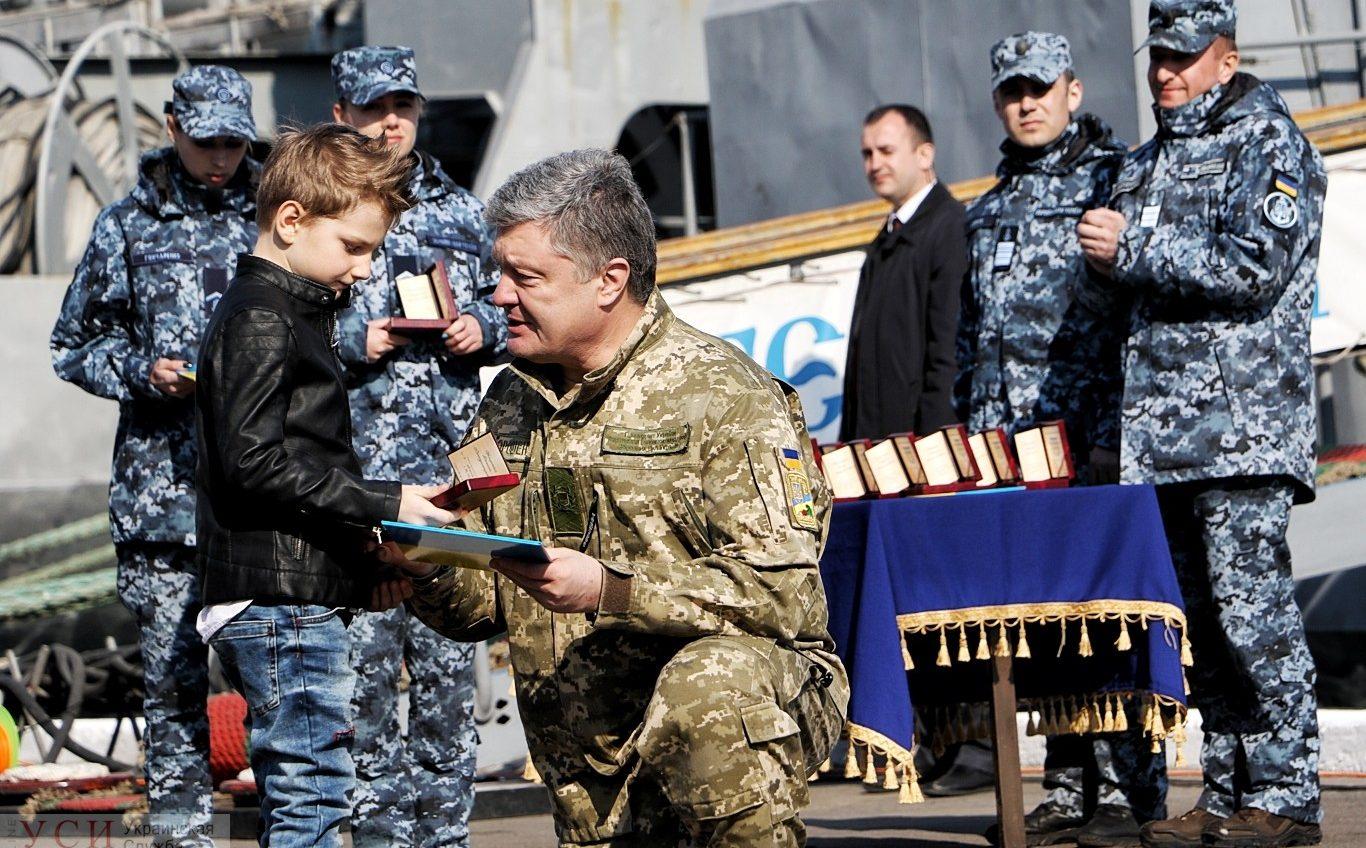 Восемь семей пленных украинских моряков получили ордера на квартиры в Одессе из рук президента (фото, видео) «фото»