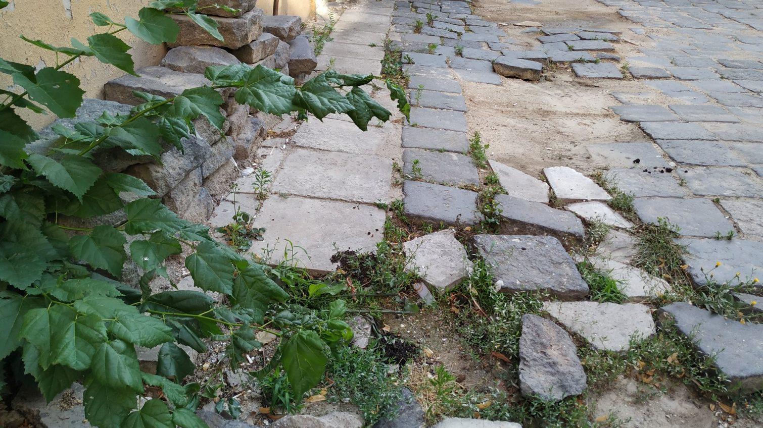Во время реставрации дома Маразли историческую лавовую плитку бросили во дворе (фото) «фото»
