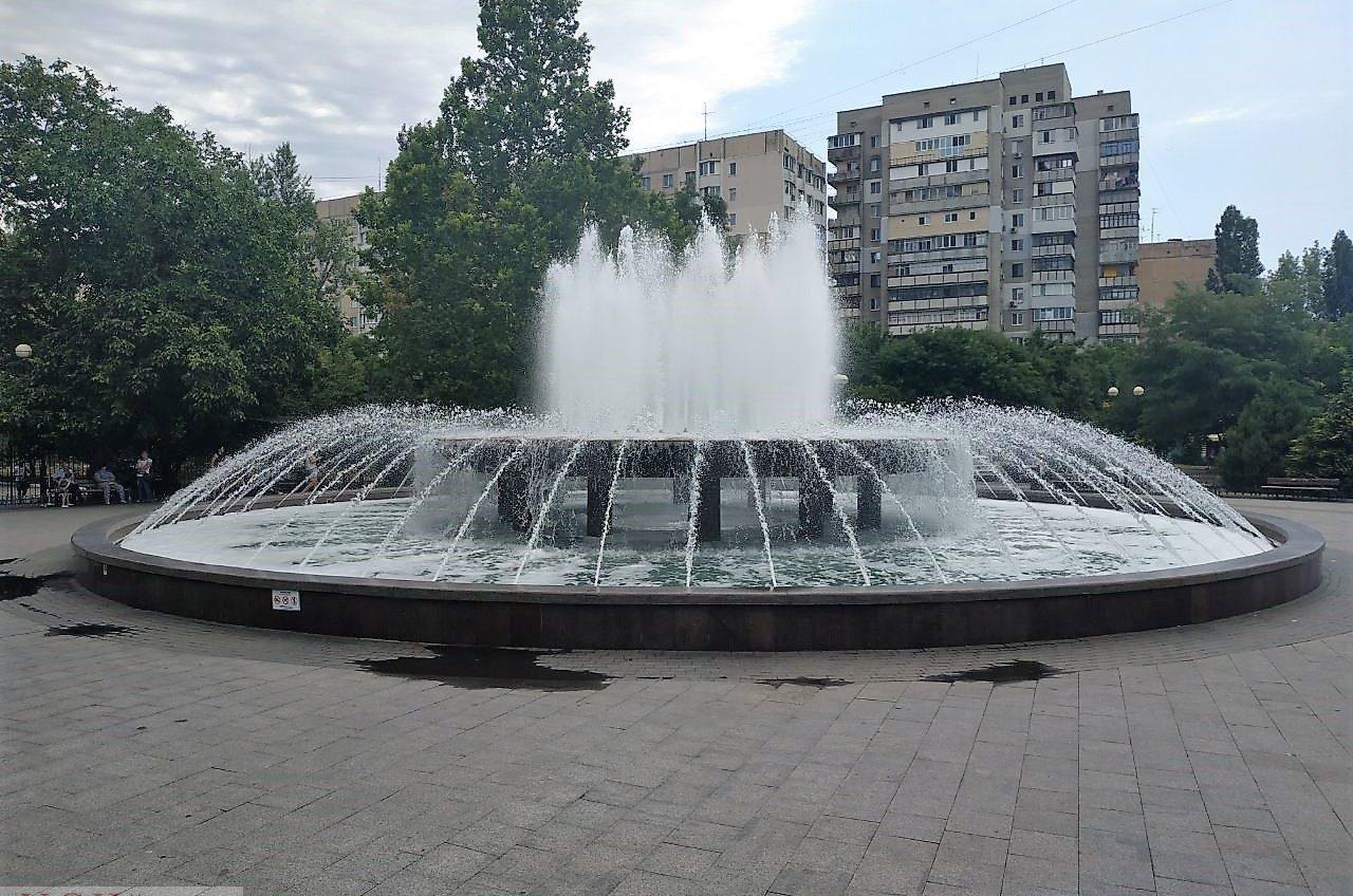 В фонтан на Крымском бульваре залили моющее средство: теперь его будут чистить несколько дней «фото»