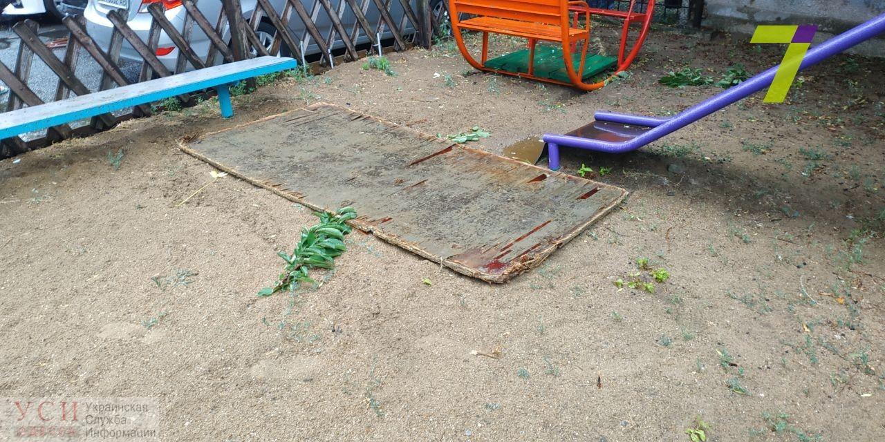 Два листа строительной фанеры сорвались с недостроя и рухнули на детскую площадку (фото) «фото»