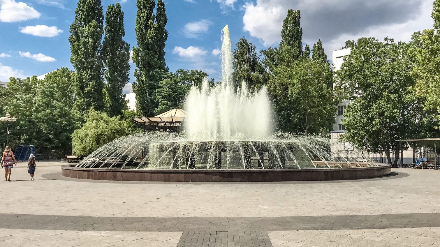 Фонтан на Крымском бульваре загрязнили рабочие, которые мыли в нем ведра (видео) «фото»