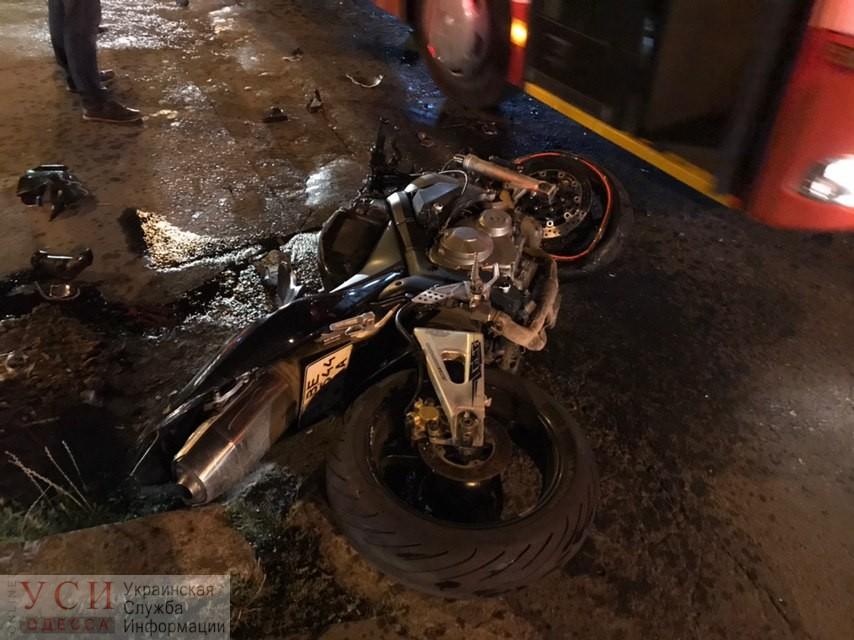Мотоциклист на большой скорости влетел в автомобиль на Таирова (фото) «фото»