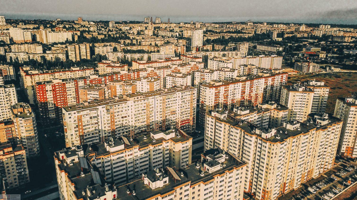 Реалии «Радужного»: бесконечные многоэтажки, парковки и минимум зеленой зоны (аэросъемка) «фото»