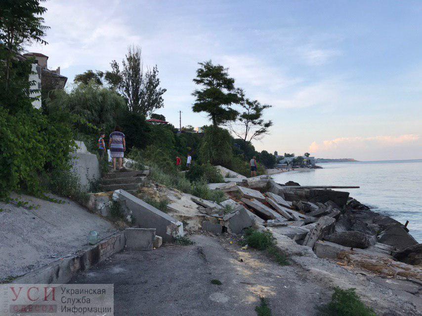 На одном из пляжей Черноморки произошел оползень – на месте ведется спасательная операция (фото, видео) ОБНОВЛЕНО «фото»