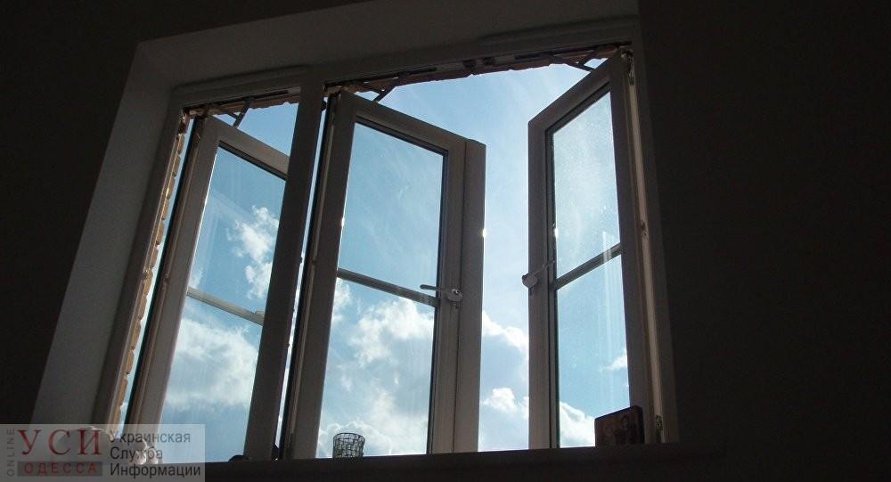 На Молдаванке мужчина выпал из окна высотки и разбился (видео) «фото»