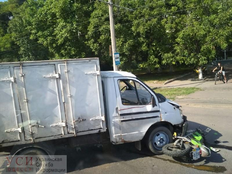 Мотоциклист угодил под грузовик на Люстдорфской дороге: после ДТП остановились трамваи (фото) «фото»